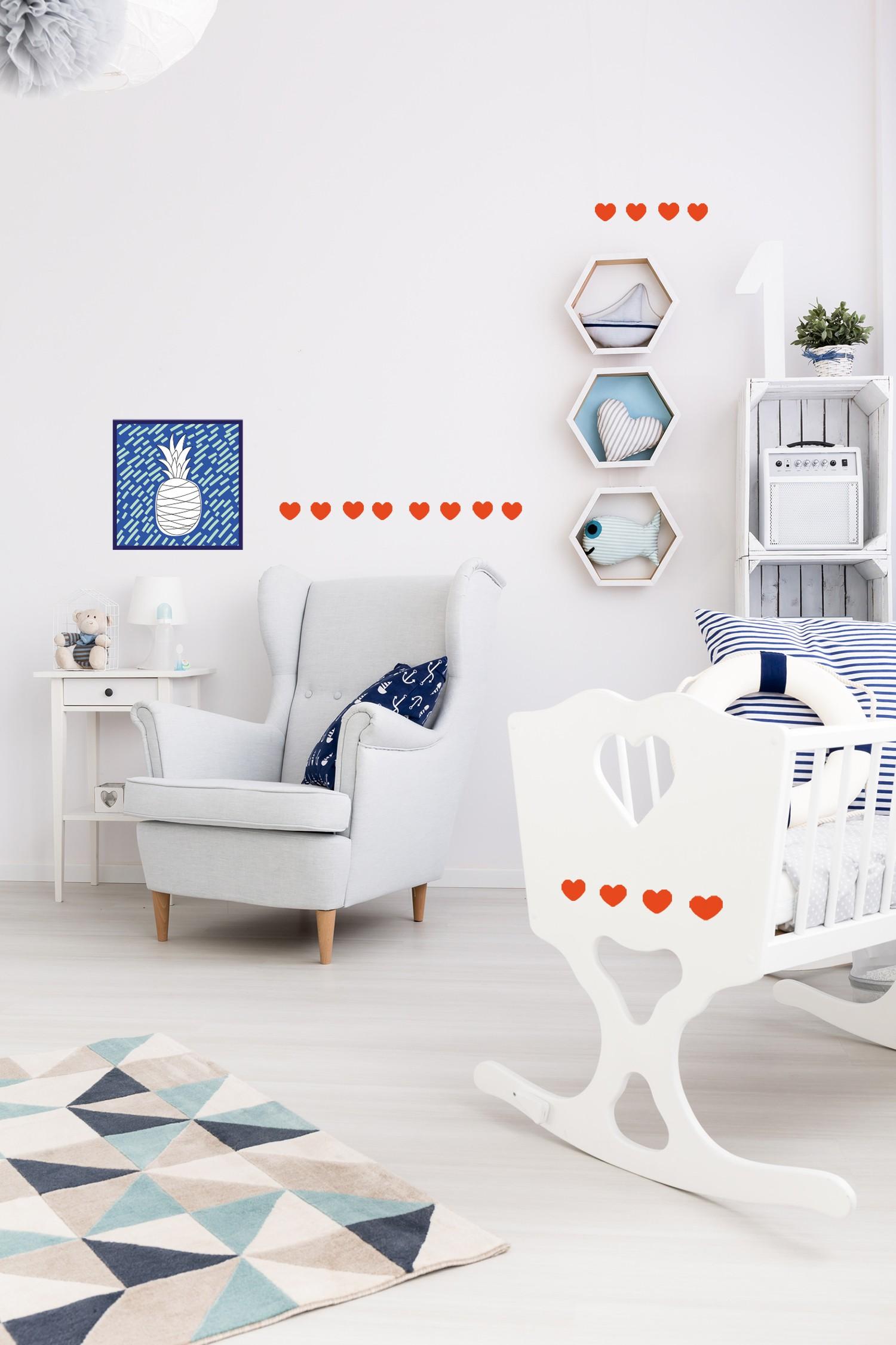 Idée décoration chambre mur bébé  autocollant cœur rouge